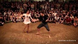 Смотреть Красивый и заводной танец пары