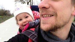 Смотреть Папа смешит дочурку