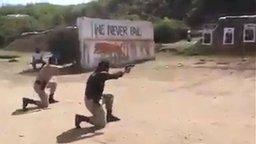 Смотреть Индийские полицейские в тире