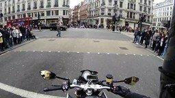 Смотреть Мотоциклист подшутил над пешеходом