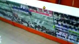 Смотреть Падение магазинной витрины