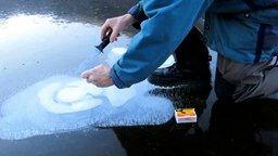 Смотреть Газ в озере подо льдом