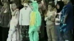 Смотреть Смешной костюм крокодила