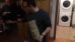 Исчезновение бутылки из пакета смотреть видео прикол - 0:52