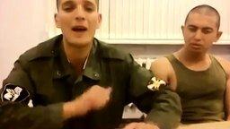 Смотреть Солдат душевно поёт