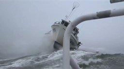Смотреть Катер против морской волны
