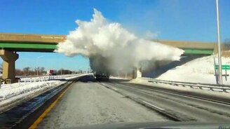 Смотреть Снежный взрыв от фуры