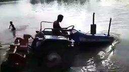 Трактор-плывун смотреть видео прикол - 0:31
