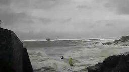 Смотреть Опасности шторма для людей