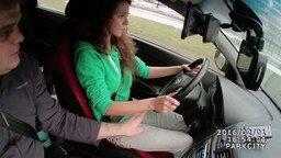 Учит девушку вождению смотреть видео прикол - 1:35