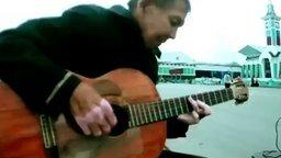 Бездомный попросил дать сыграть на гитаре... смотреть видео - 1:07