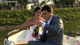 Смотреть Люди открывают шампанское