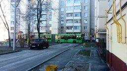 Смотреть Длинный автобус в жилом дворе