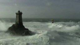 Смотреть Вид на маяк во время шторма