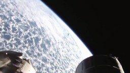 Смотреть Пролетающий возле МКС НЛО
