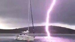 Смотреть Молния ударяет рядом с лодкой