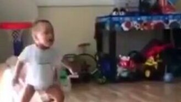 Смотреть Малыш спародировал штангиста