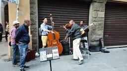 Смотреть Приятное музыкальное уличное трио