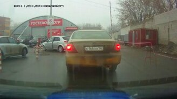 Смотреть Нерешительная девушка за рулём против шлагбаума
