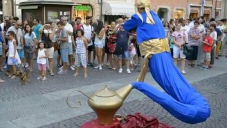 Смотреть Волшебный Джин на улице