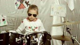 Юная барабанщица смотреть видео - 3:51