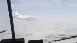 Смотреть Ветер сдувает самолёт
