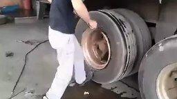 Смотреть Замена шины на прицепе фуры