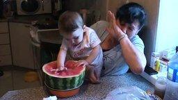 Смотреть Малышка ковыряется в арбузе
