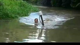 Смотреть Вездеход-самоделка едет под водой