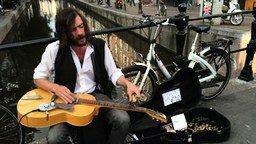 Смотреть Поразительный уличный музыкант