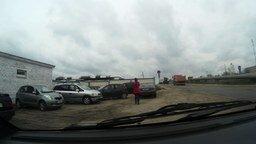 Наблюдательная девушка-водитель смотреть видео прикол - 1:36