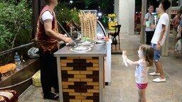 Смотреть Мороженщик дразнит девочку