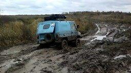 Смотреть Как едет ЛуАЗ по грязи
