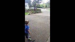 Мальчик общается с индюками