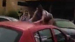 Женское скольжение по крыше авто смотреть видео прикол - 0:15