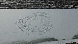 Смотреть Портрет Гагарина на снегу