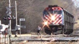 Смотреть Девушка-курица перед поездом