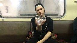 Мастер стеклянных шаров в метро смотреть видео - 3:23