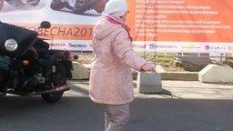 Женщина без комплексов на танцплощадке смотреть видео прикол - 1:05