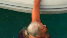 Смотреть Женщина оперативно залезает в лодку