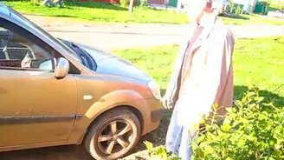 Смотреть Как одному вытолкнуть авто из грязи