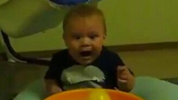 Смотреть Ребёнок в шоке от происходящего