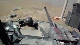 Смотреть Сунулись на танке в воду