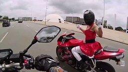 Смотреть Девушка на спортивном мотоцикле