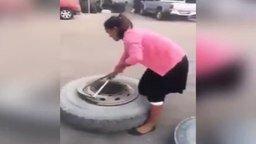 Смотреть Девушка разбортовывает колесо