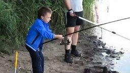 Смотреть Малец выловил огромную рыбу