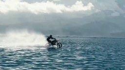 Смотреть На мотоцикле по воде