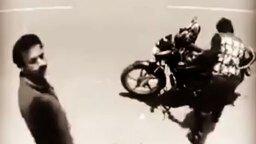 Смотреть Вор вытащил кошелек из кармана мотоциклиста, а потом заметил камеру видеонаблюде