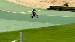 Смотреть Нереальный прыжок на мотоцикле