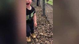 Смотреть Реакция мальчика на гонки